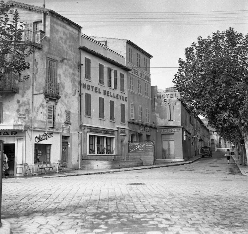 27Fi 3813 - L'hôtel de Lyon et l'hôtel Bellevue au bas du boulevard Guérin. La grosse évolution depuis lors est le nombre de voitures. 22/11/1954