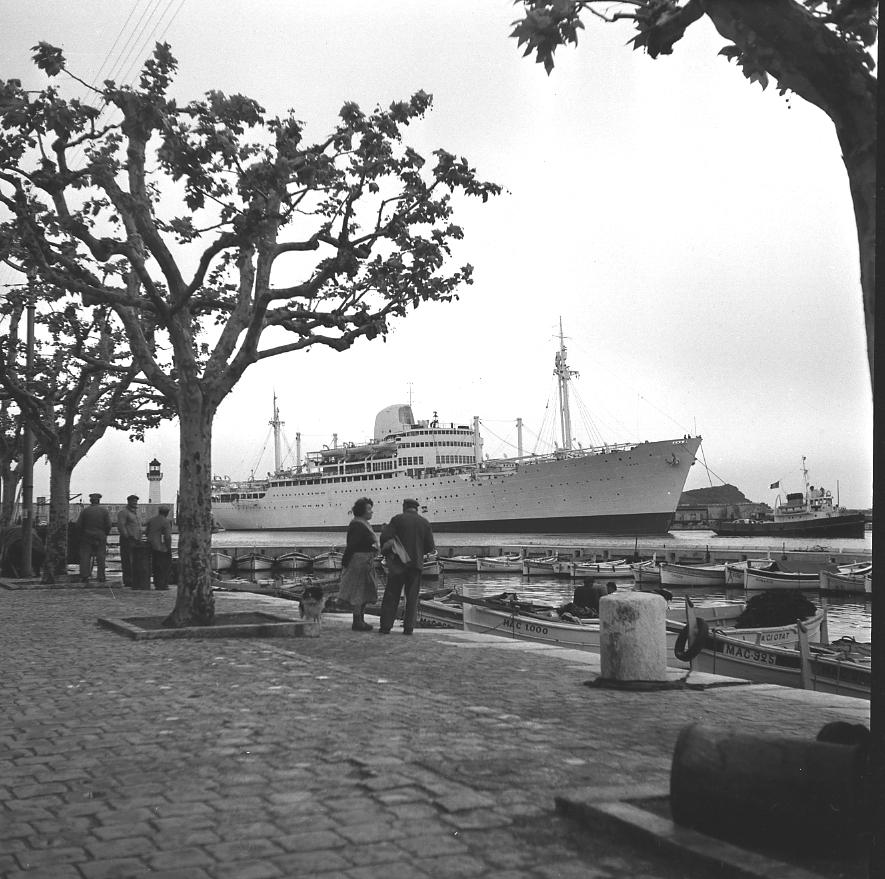 44 Fi 1612 Quelques curieux assistent au remorquage du Laos, 100ème et dernier paquebot construit sous les Messageries Maritimes. Sa livraison est imminente. 4/05/1954