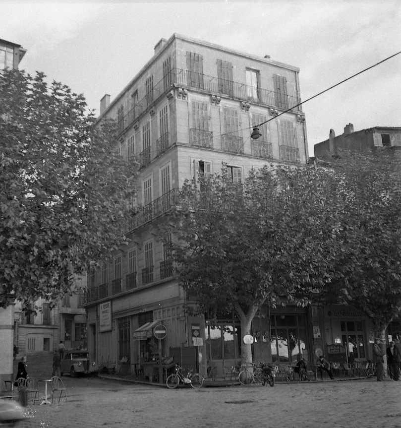 27Fi 3810 - Le majestueux hôtel du Commerce sur le port, à l'angle de la rue Maréchal Foch. 22/11/1954