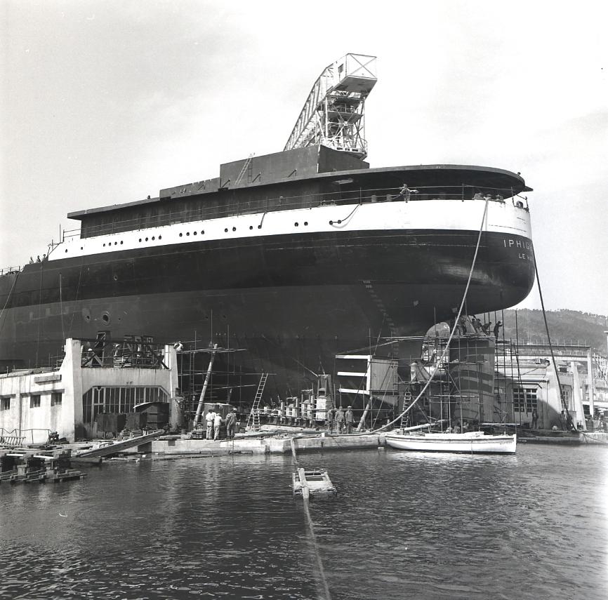 44 Fi 1891 La coque majestueuse du pétrolier Iphigenia peu avant son lancement. Les ouvriers s'activent. 20/05/1954