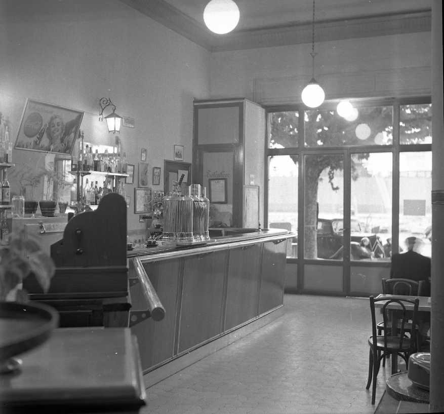 27Fi 3822 - L'intérieur du bar du Commerce avec son immense comptoir, désert à cette heure-là. 22/11/1954