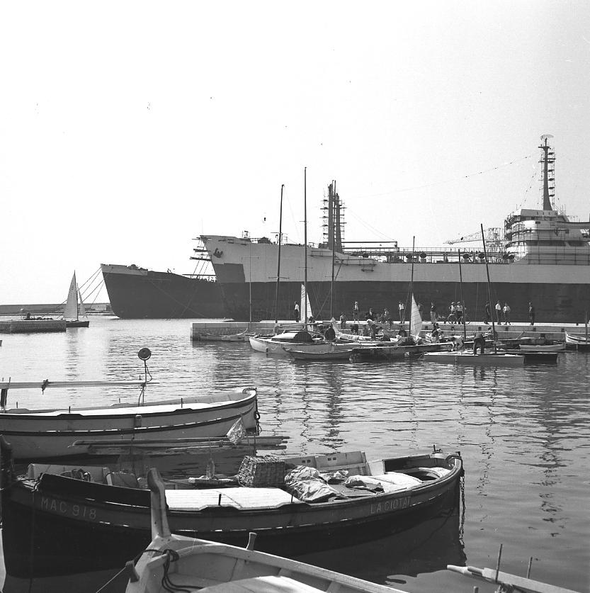 44Fi 2717 Particularité de notre petit port, on y trouvait à la fois des petites embarcations et de très grosses unités. 12/07/1954