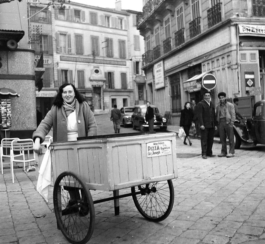 27Fi 2299 - Quelle originalité pour ce stand ambulant « chez Joseph », qui faisait le régal des habitués et des promeneurs, avec sa calda et ses pizzas. 12/03/1955