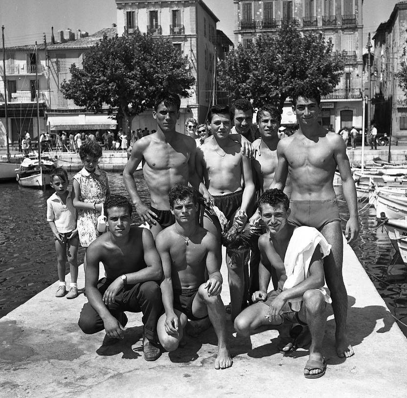 27 Fi 1147 - 21.« Photo de famille » des participants de l'annuelle course au canard dans le Vieux Port qui avait lieu pour les fêtes du 15 août. - 15/08/1956