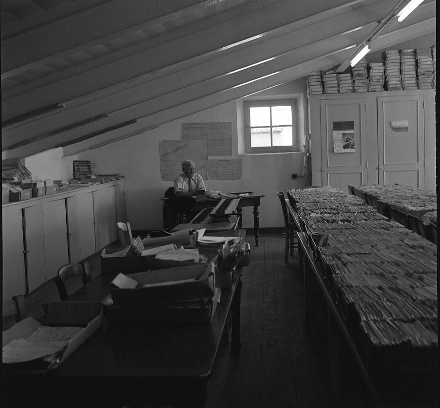 27 Fi 1168 - Cet homme surveillerait-il le travail de ses secrétaires au bureau de l'ordonnancement des CNC ? Ces dernières sont appliquées et très concentrées. - 30/08/1956