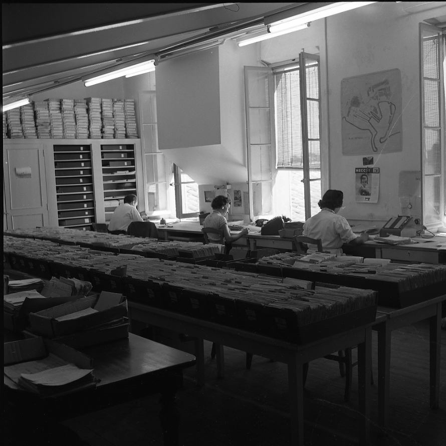 27 Fi 1169 - 22.Les secrétaires appliquées de M.Ravaille au bureau d'ordonnancement des CNC. Tout y est parfaitement programmé. - 30/08/1956