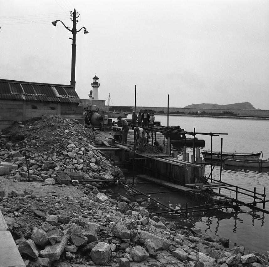 27 Fi 1280 - 27.« Sous la direction de M. le surveillant Tonetti, on procède au port sur une quarantaine de mètres à la réparation du glacis où le couronnement en pierres sera remplacé par un couronnement en chêne. » Le Provençal  - 2/10/1956