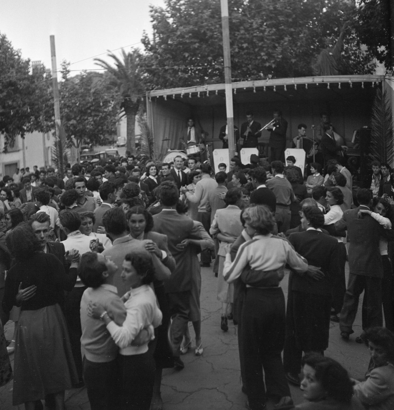 27 Fi 1824 Bal musette au quartier de Fontsainte. La jeunesse ciotadenne s'y presse. C'est un moment de fête …et de rencontre. 15/05/1953