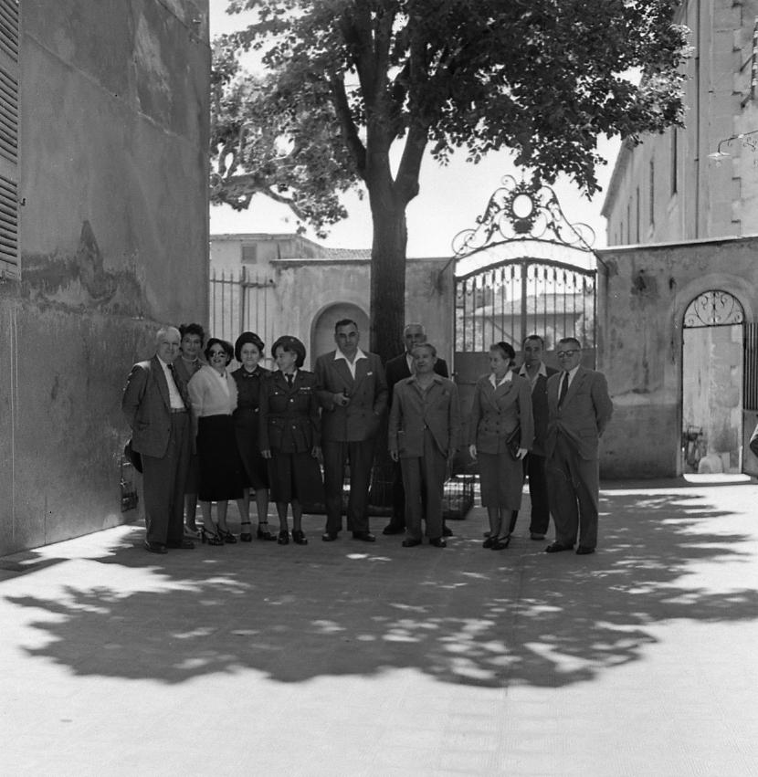 27 Fi 1899 Le maire Jean Graille avec une délégation (dont les conseillers municipaux Marius Deidier et Marcellin Richard et Mme Noell présidente de la Croix Rouge) en visite à l'hôpital à l'occasion de la fête des Mères. 31/05/1953
