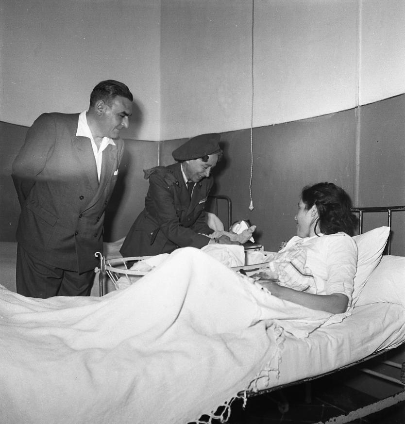 27 Fi 1904 Le maire et Mme Noell, présidente de la Croix Rouge locale, en visite dans une chambre de la maternité pour souhaiter la bienvenue à  un nouveau né lors de la fête des Mères. 31/05/1953