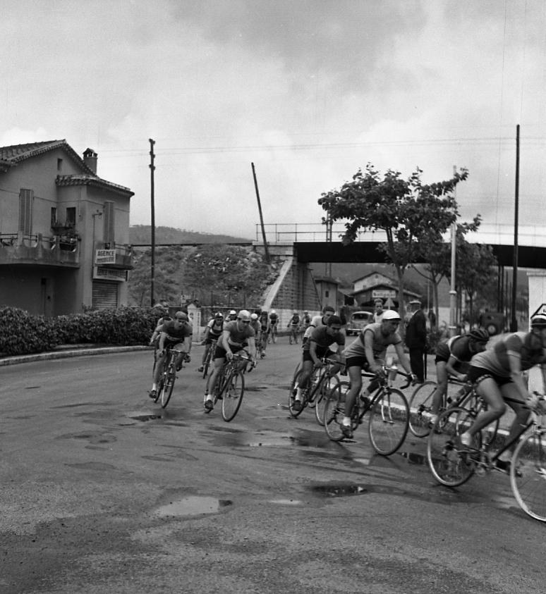 27 Fi 1928 Course cycliste au Vallat de Roubaud. Passage délicat entre flaques et gravillons avant de prendre la direction de Ste Marguerite. 4/06/1953