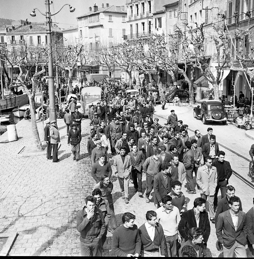 27 Fi 2434 - Manifestation des ouvriers des CNC sur le Vieux Port qui occasionne une certaine animation. - 17/04/1956