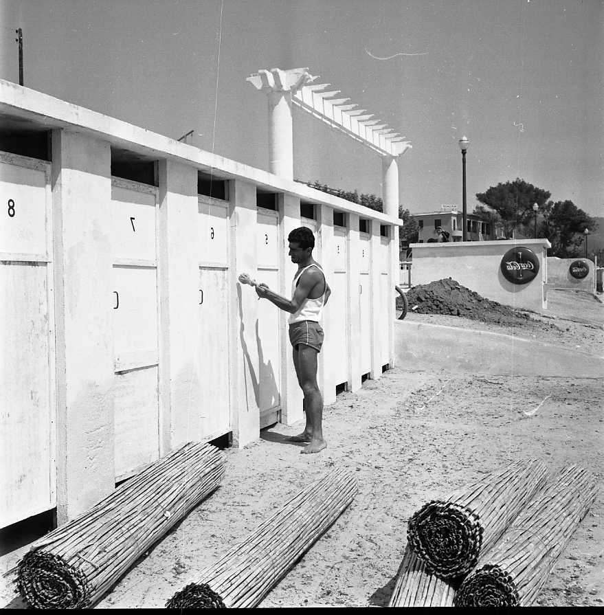 27 Fi 2537 - Petit coup de peinture par Artik, pour rafraîchir les cabines de bain de la plage avant le début de la saison estivale. 21/04/1955