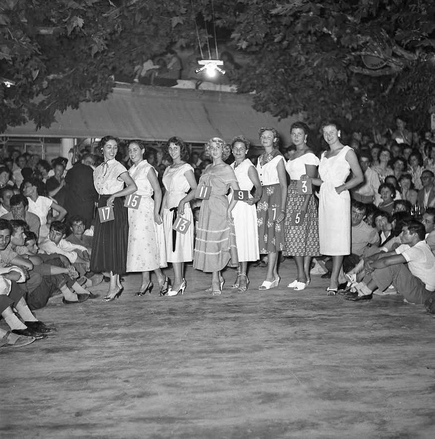 27 Fi 2933 - Election de Miss La Ciotat au « Malgré tout » à St Jean. Elles sont toutes belles ! 8/08/1954