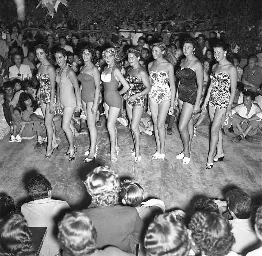 27 Fi 2934 - Défilé des Miss en maillot de bain. Evènement toujours très suivi. 8/08/1954