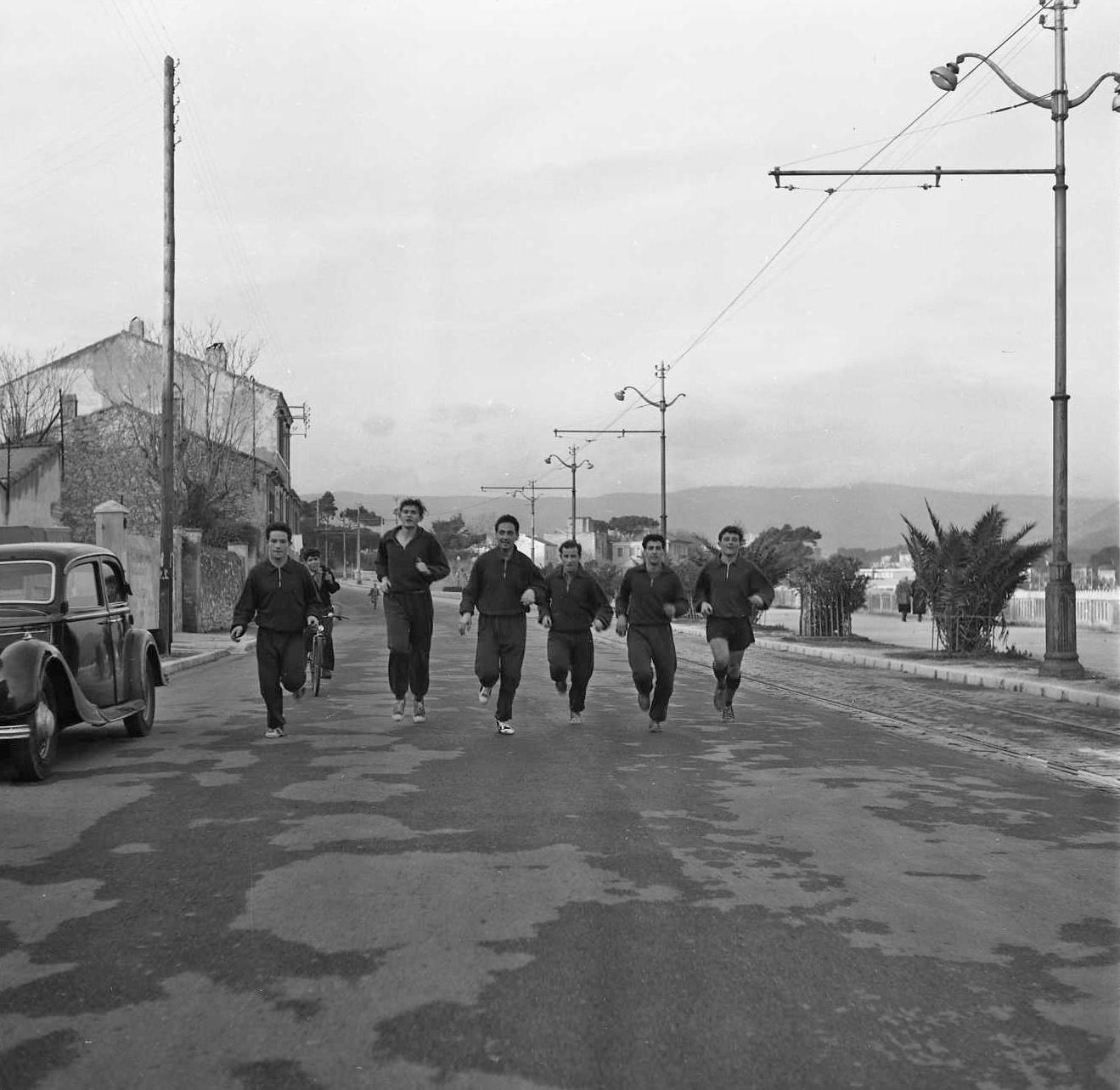 27 Fi 2966 - Petit footing des joueurs de l'Etoile Sportive sur l'actuel boulevard Georges Clemenceau. 11/02/1954