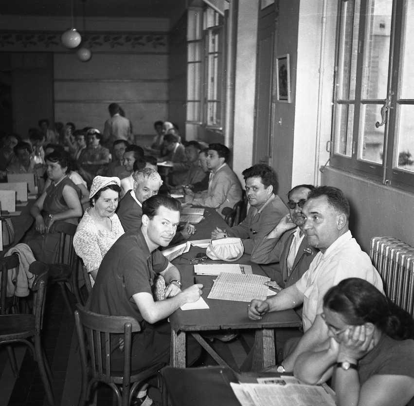 27 Fi 2994 - Le jeune maître ciotaden Louis Jeansoulin parmi ses collègues lors du congrès annuel du syndicat des Instituteurs à la Ciotat. 22/06/1955