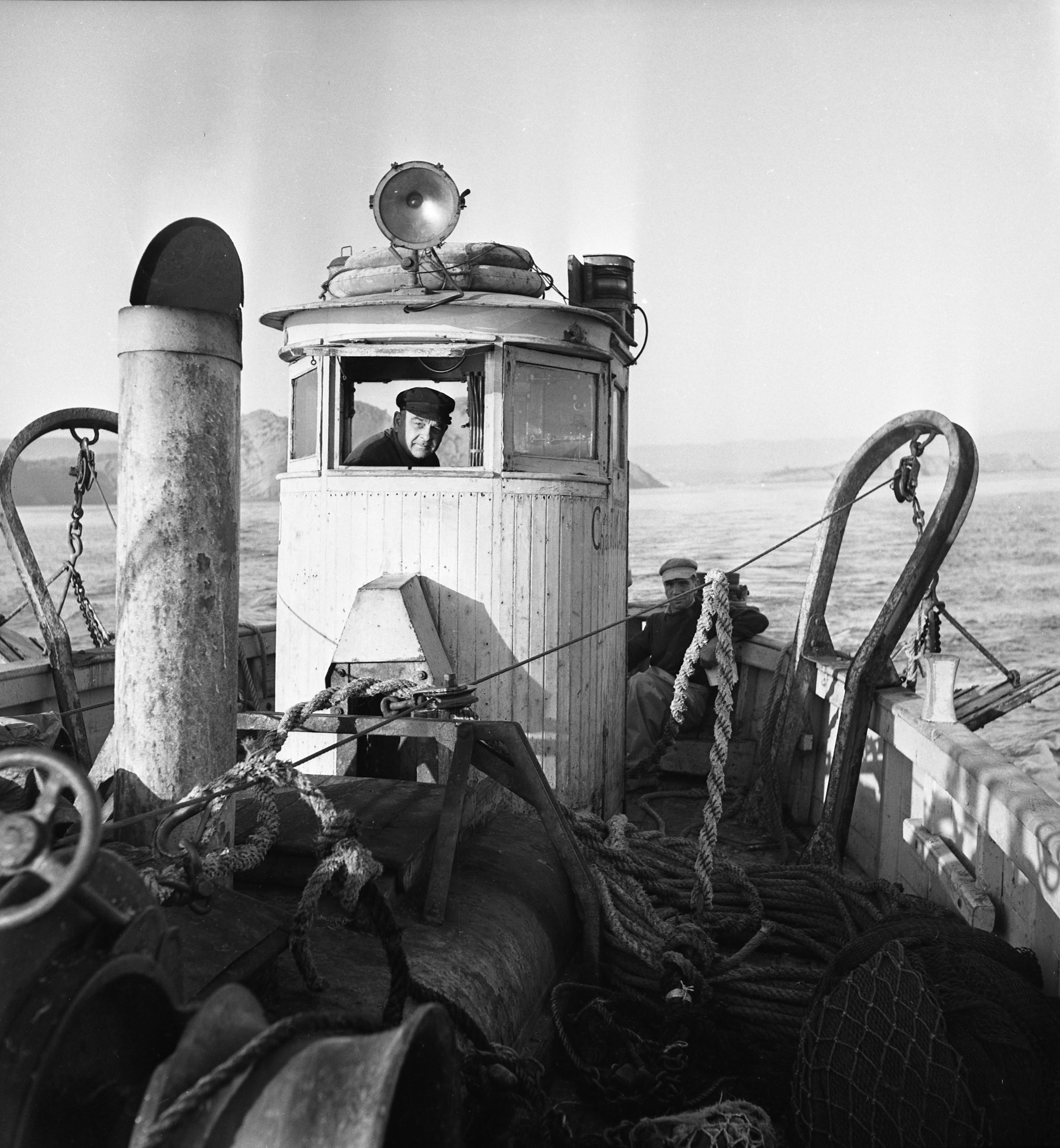27 Fi 3017 - Départ du patron pêcheur Fornasero dans sa cabine pour une belle journée de pêche. 19/08/1954
