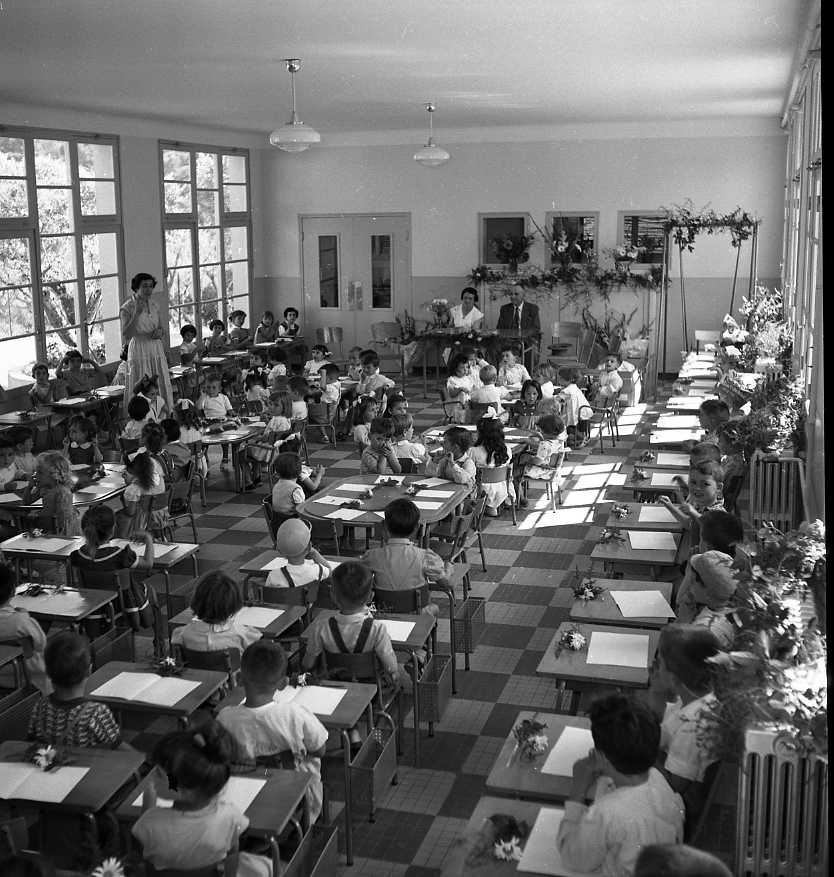 27 Fi 3046 - Goûter de fin d'année à l'école maternelle Louis Pourcelly. Seraient-ils aussi studieux aujourd'hui ? 25/06/1955