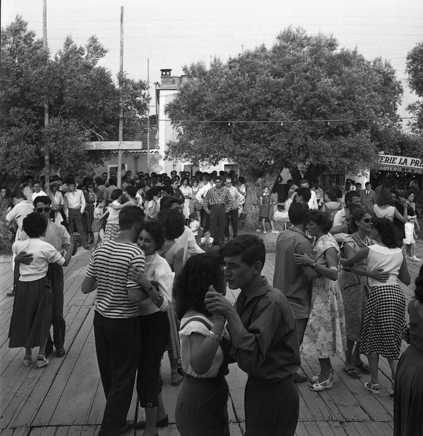 27 Fi 3071 - Bal champêtre de la fête de St Jean. A croire que les ciotadens sont des champions de danse ! 26/06/1955
