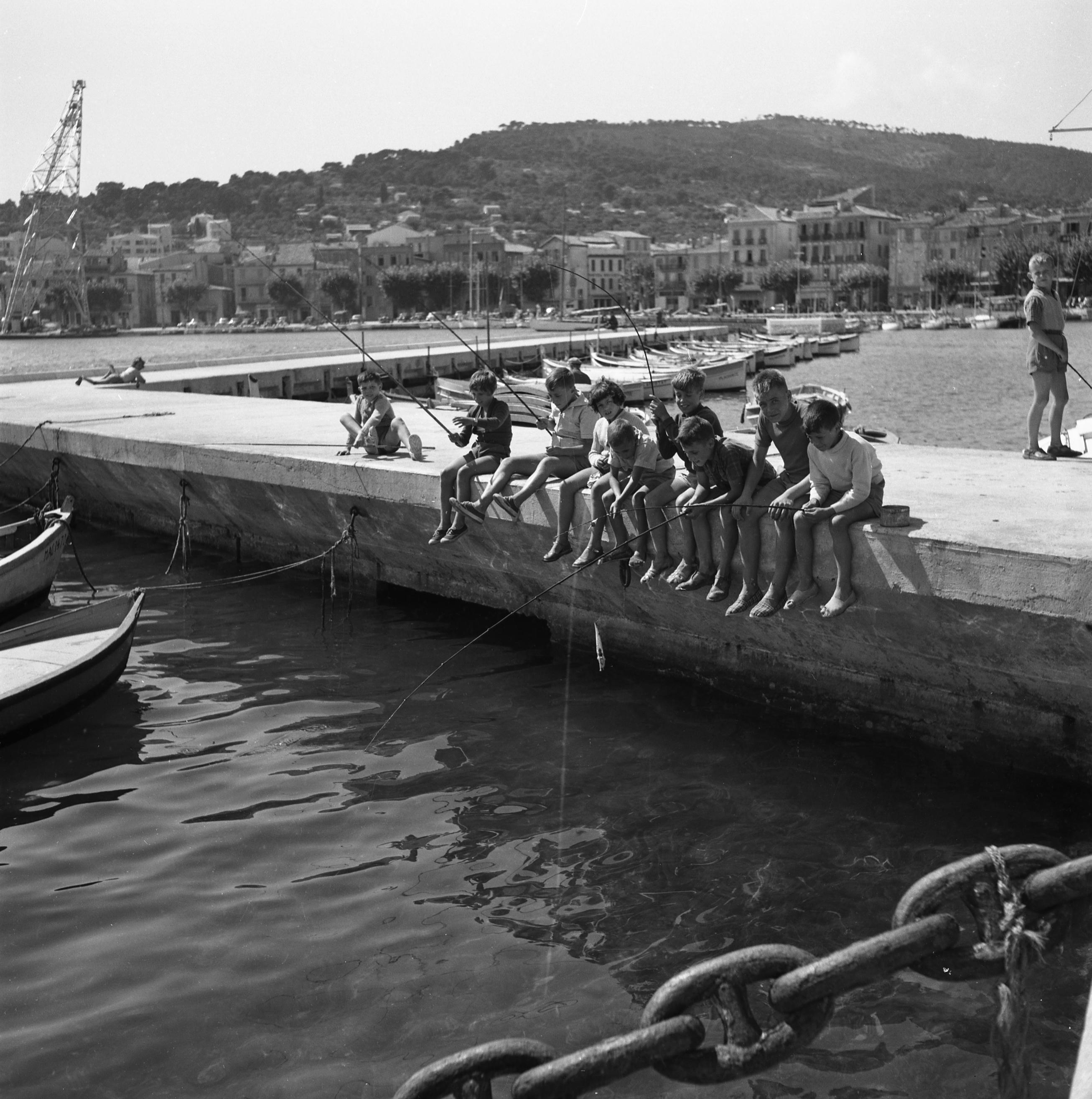 27 Fi 3092 - « Les personnes âgées ne sont pas les seules à pratiquer ce sport qu'est la pêche à la ligne. Les jeunes ciotadens manient la canne avec un évident plaisir ». 26/08/1954