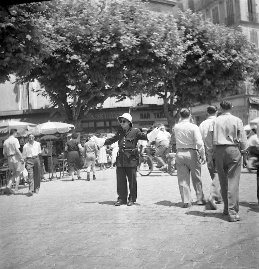 27 Fi 3135 - Agent de circulation sur le port. Mais où sont les voitures ? 02/07/1955