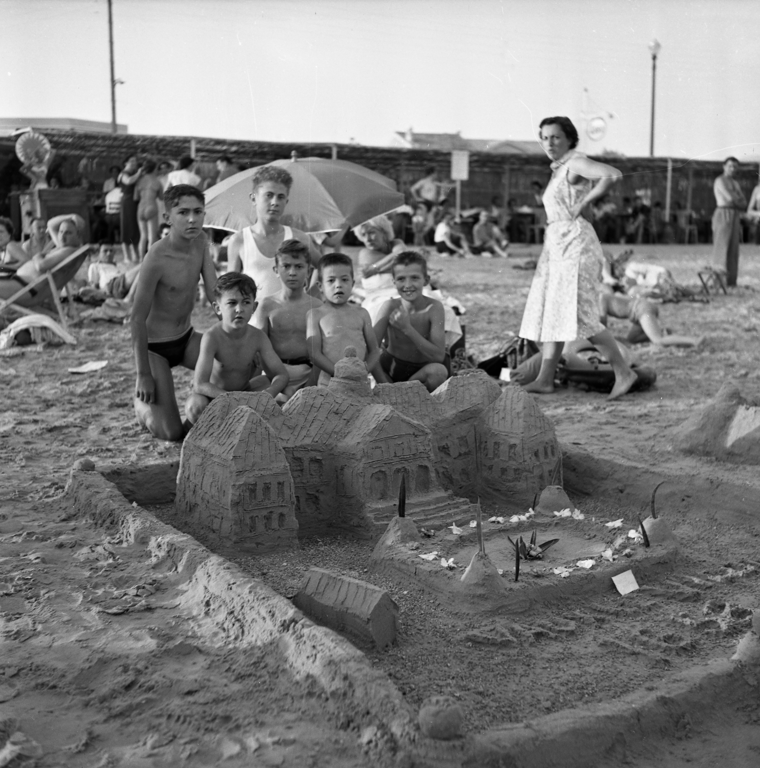 27 Fi 3139 - Majestueux château de sable construit à l'occasion d'un concours sur la plage. Les enfants peuvent être fiers ! 29/08/1954