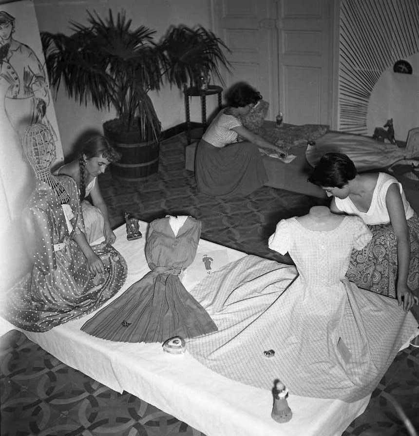 27 Fi 3146 - Grande concentration pour les jeunes filles de l'école d'apprentissage de couture du Mugel. « La directrice était Melle Lafleur et les professeurs de couture, Mesdemoiselles Auger et Carignano ». (Le Provençal) 04/07/1955