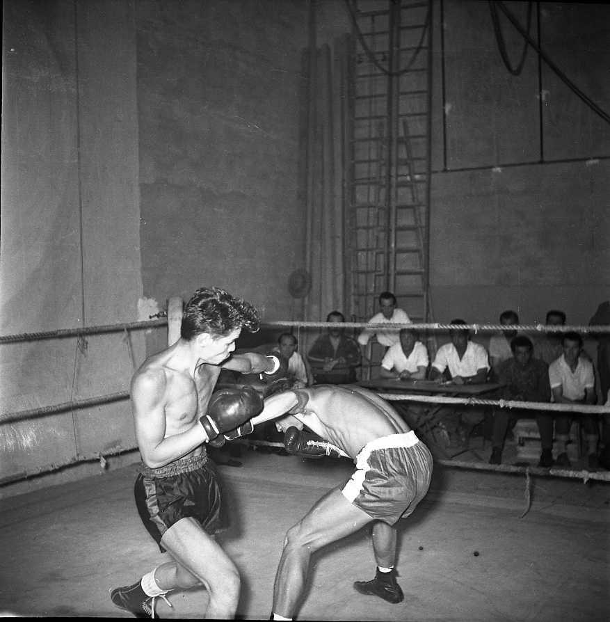 27 Fi 3186 - Soirée de boxe au Familial. Magnifique crochet, esquivé par l'adversaire. 06/07/1955