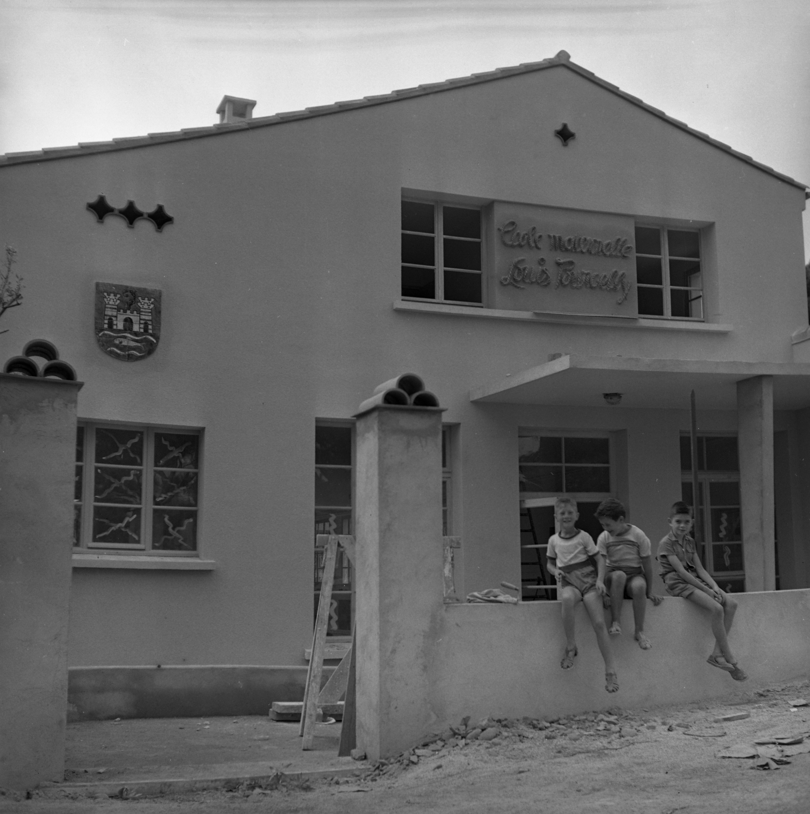 27 Fi 3225 Ecole maternelle Louis Pourcelly à la garde en cours d'achèvement. La façade n'a pas changé. 10/09/1954