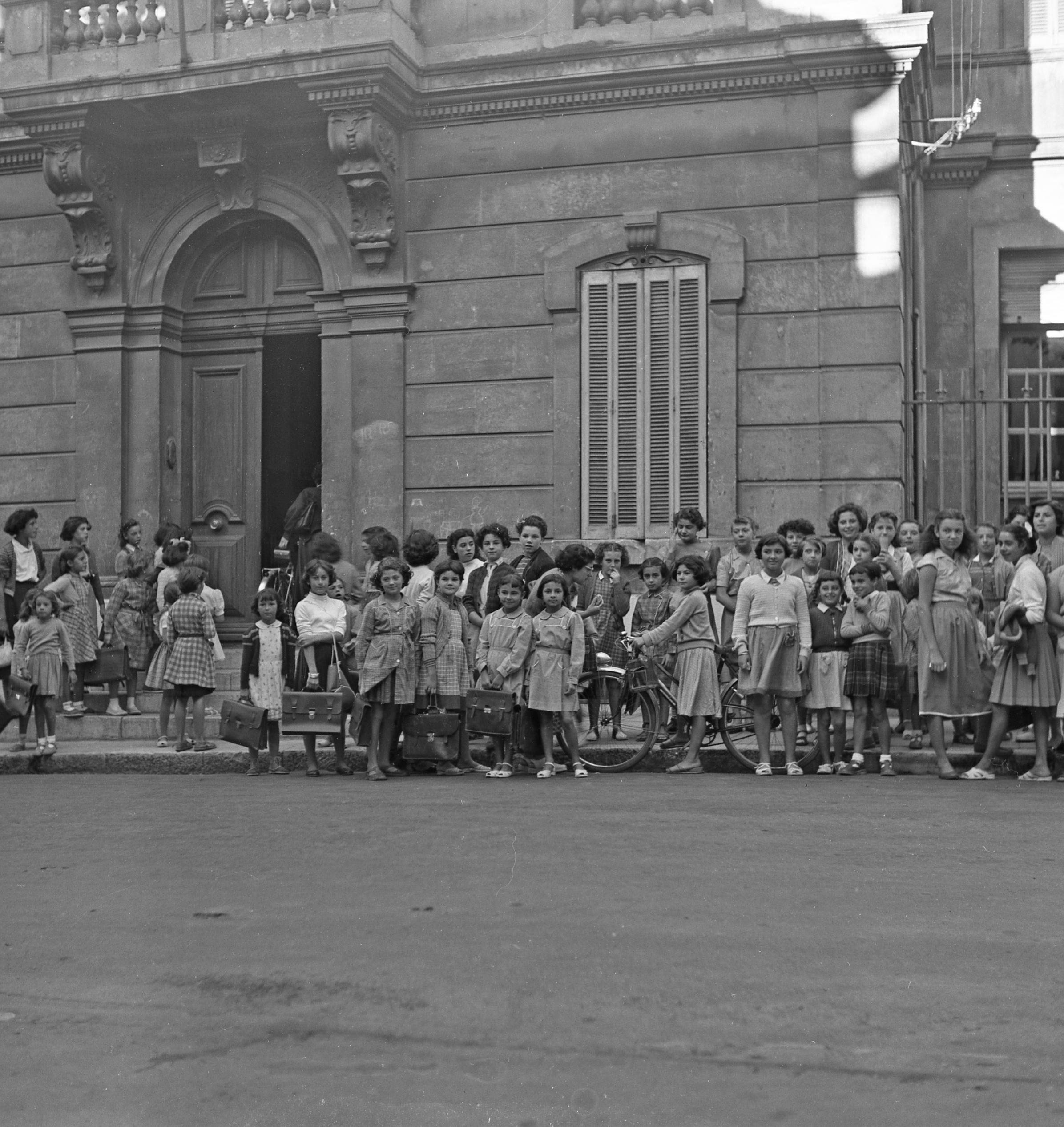 27 Fi 3284 Rentrée des classes à l'école de filles Romain Rolland du boulevard Guerin. 17/09/1954