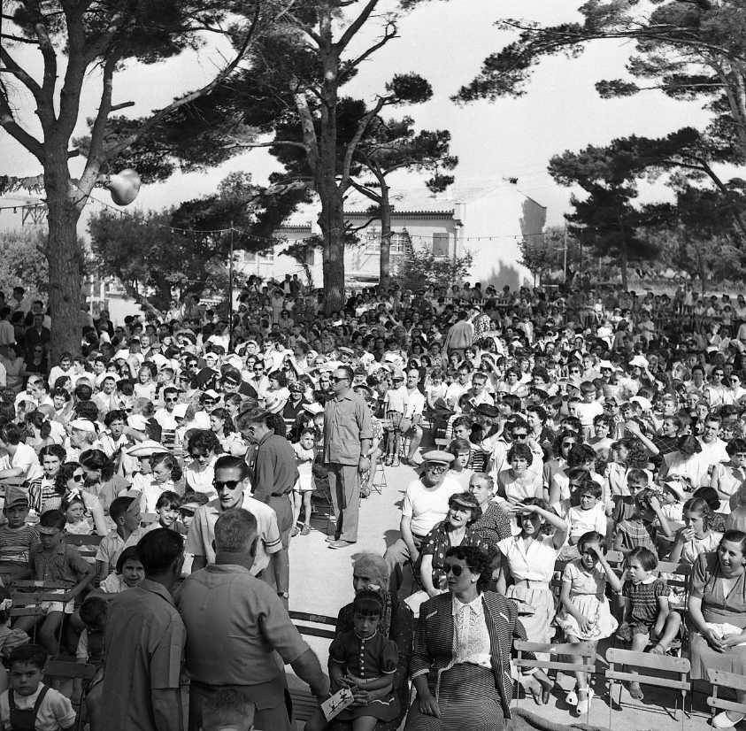 27 Fi 3299 - Foule dense pour un spectacle au Hameau de la Garde, à l'occasion de la fête du quartier. 10/07/1955
