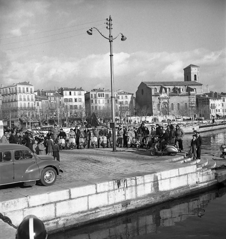 27 Fi 330 - Rassemblement de Vespa au baromètre. Sachez que 2 ans auparavant, le 1er propriétaire d'une Vespa à La Ciotat eut à subir « un assaut de railleries pour avoir présenté en notre ville cette mauvaise trottinette ». (Le Provençal) 11/01/1953