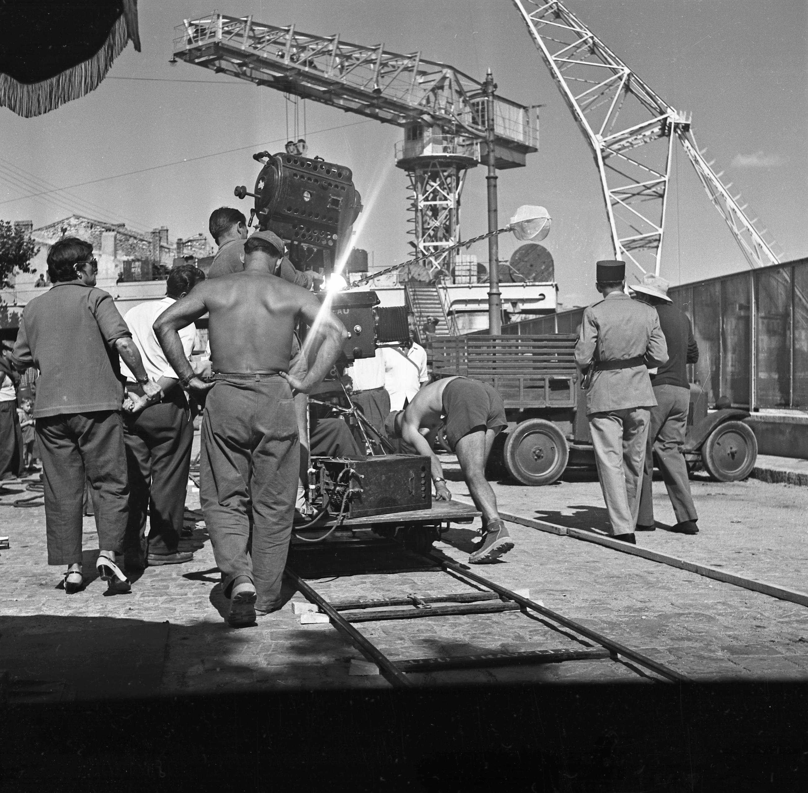 27 Fi 3321 Cameramen en pleine action pour une prise de vue du film à l'Escalet. 25/09/1954