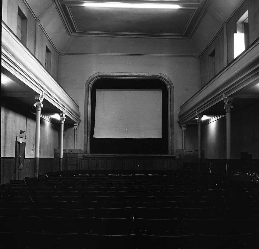 27 Fi 3465 - L'intérieur du Théâtre Municipal, avec son grand écran de cinéma. 24/07/1955