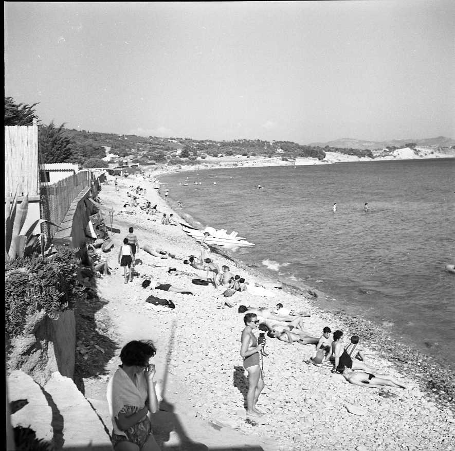 27 Fi 3579 - « Une nouvelle plage de sable doré commence à s'animer. Elle s'étend de St Jean à Fontsainte et décongestionne ainsi la plage surpeuplée ». (Le Provençal) 01/08/1955