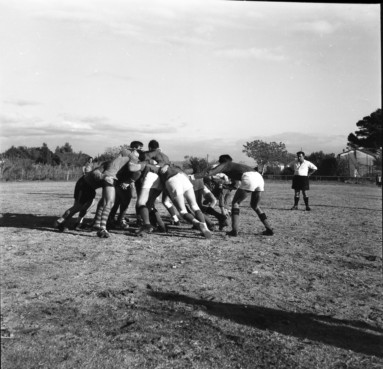 27 Fi 3587 Mêlée lors de la rencontre de rugby à XIII. Les locaux s'inclinent 12 à 15 mais y mettent tout leur cœur. 31/10/1954