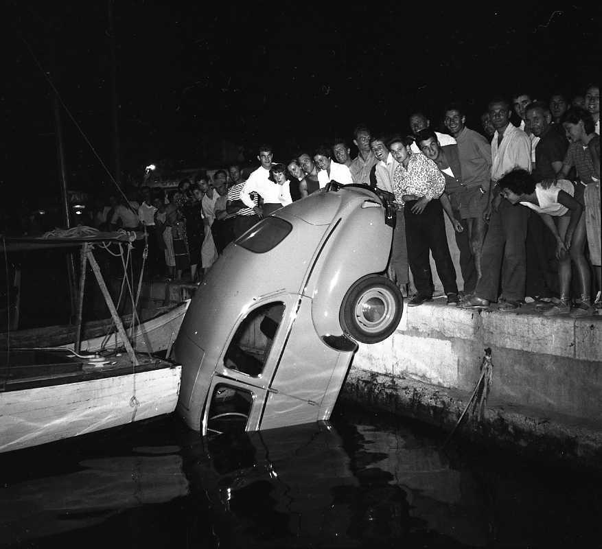 27 Fi 3602 - Mines réjouies pour ces badauds admirant une 203 tombée dans le port. 02/08/1955