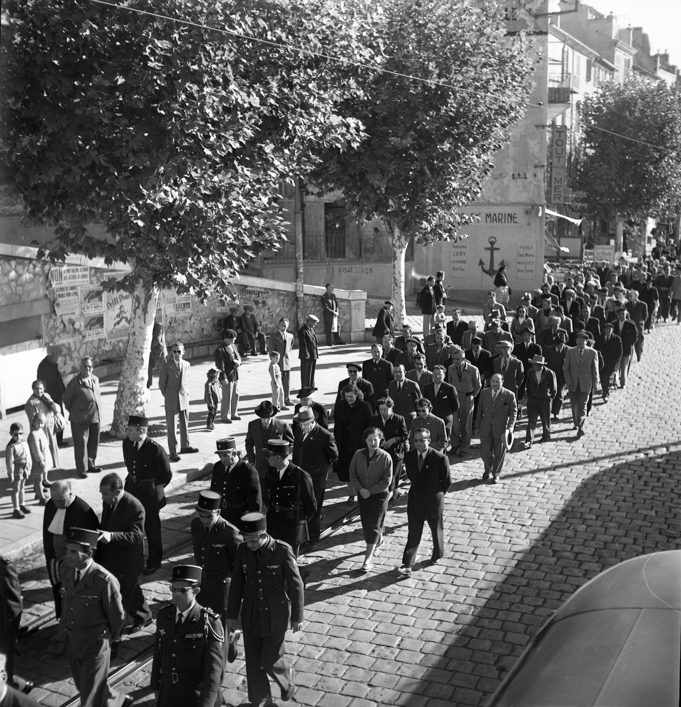 27 Fi 3674 Défilé silencieux pour l'Armistice sur le quai Ganteaume. 11/11/1954