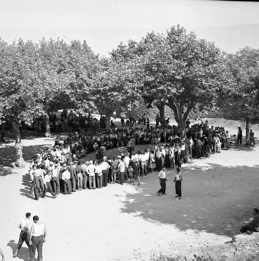 27 Fi 3717 - Belle « galerie » lors d'un concours à la Boule Etoilée. Parmi les joueurs ce jour là, deux « figures »,  le Japonais et Taurel. 07/08/1955