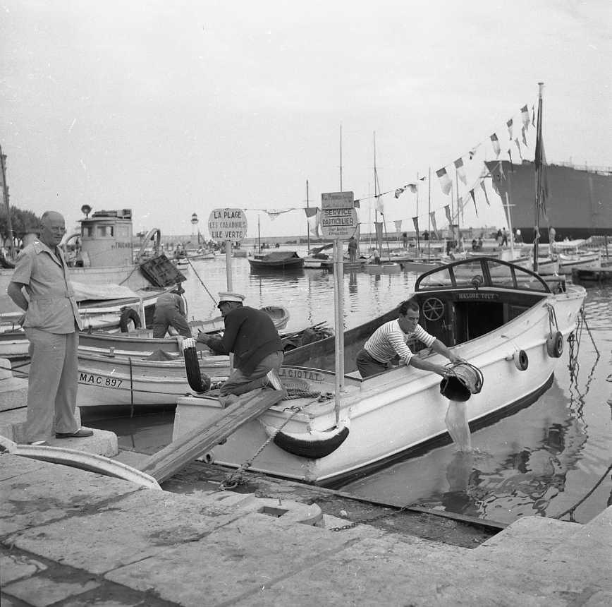 27 Fi 3788 - Problème de taille pour la navette de l'Ile verte, le patron doit « écoper » son bateau. 13/08/1955