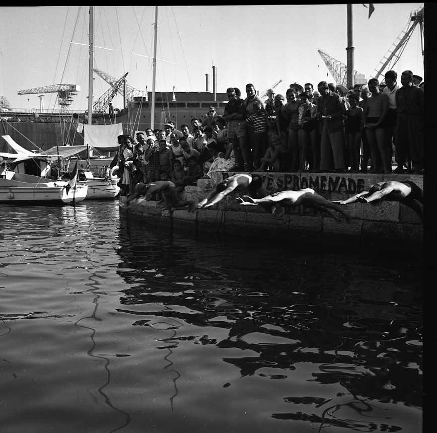 27 Fi 3861 - A l'occasion d'une course de natation dans les eaux du Vieux-Port, une démonstration  de plongeons qui tient le public en haleine. 16/08/1955