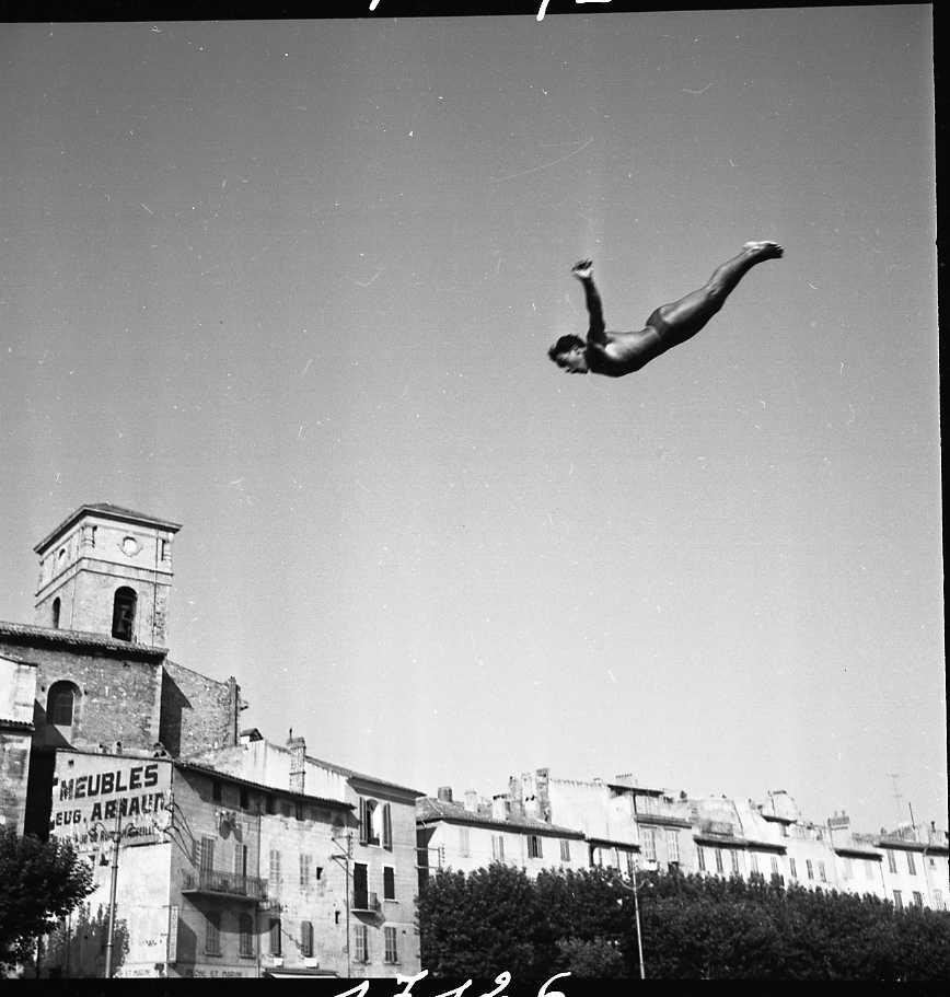27 Fi 3862 - Saut de l'ange parfait pour ce plongeur téméraire. Magnifique !                       16/08/1955