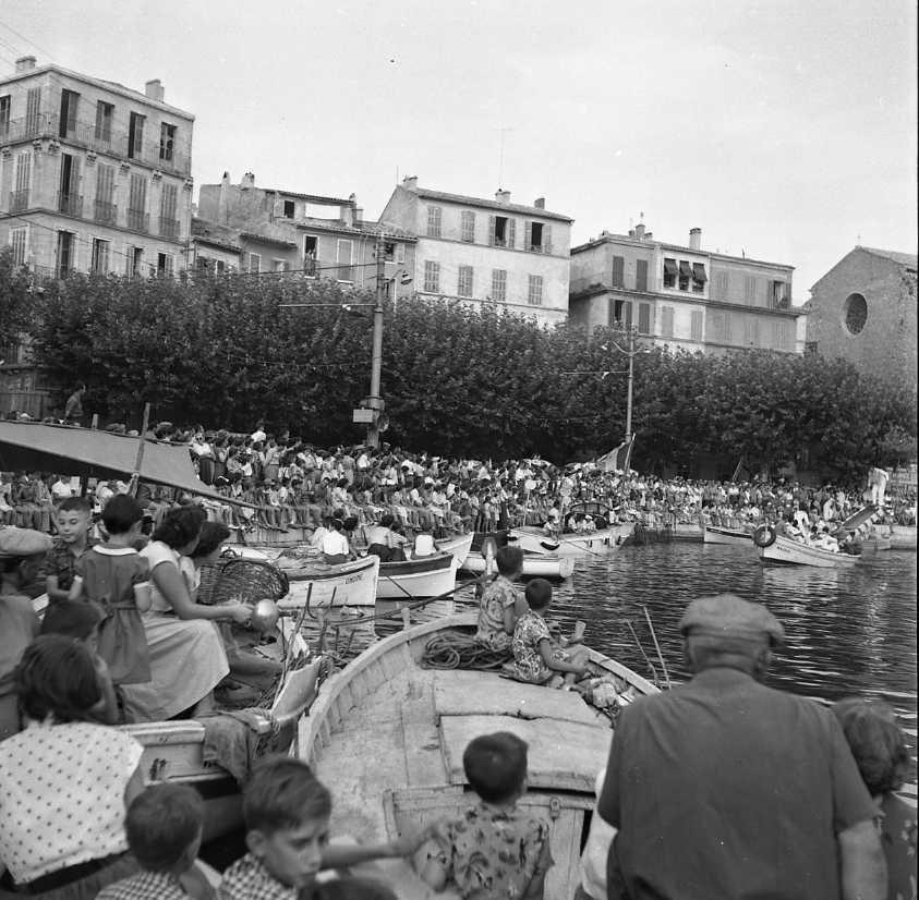 27 Fi 3873 - Comme à chaque rencontre de joutes, les ciotadens ont envahi les quais du Vieux-Port et assistent attentivement au duel. 21/08/1955