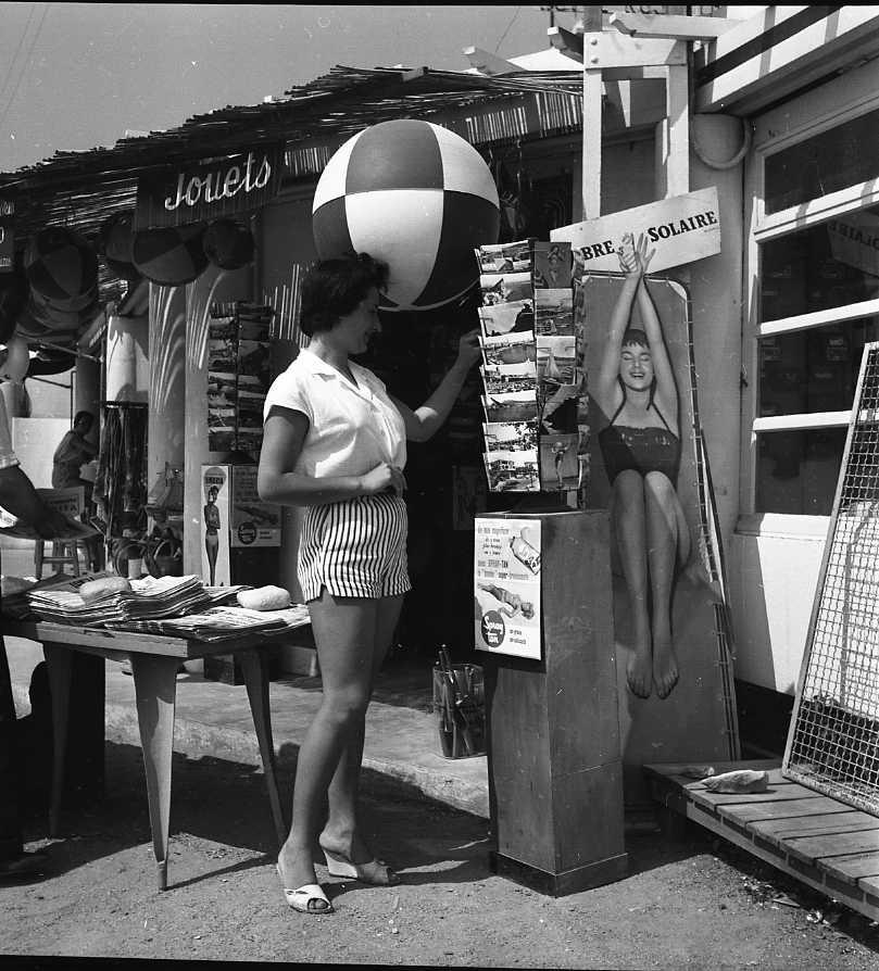 27 Fi 3908 - Choix de cartes postales pour une cliente du Bazar de la plage. S'agit-il d'une touriste ? 23/08/1955