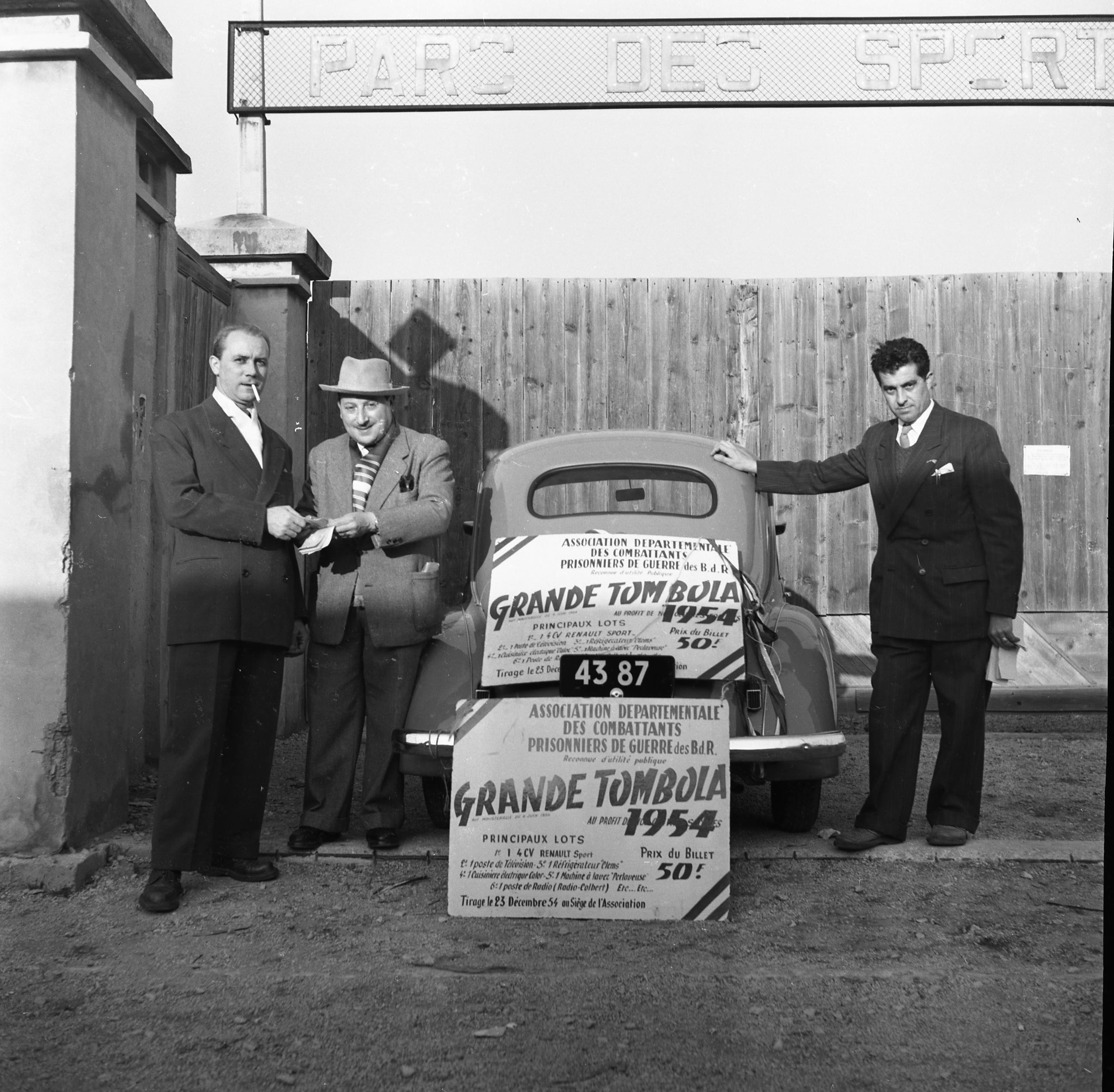 27 Fi 3912 Devant l'entrée du stade Bouissou, une 4 CV est à gagner pour la grande tombola des prisonniers de guerre. 19/12/1954