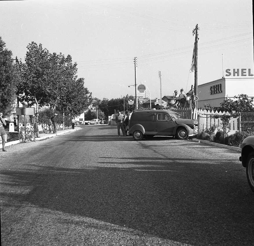 27 Fi 3937 - Accident de la circulation sur la route de Marseille devant l'ancienne station Shell. 30/08/1955