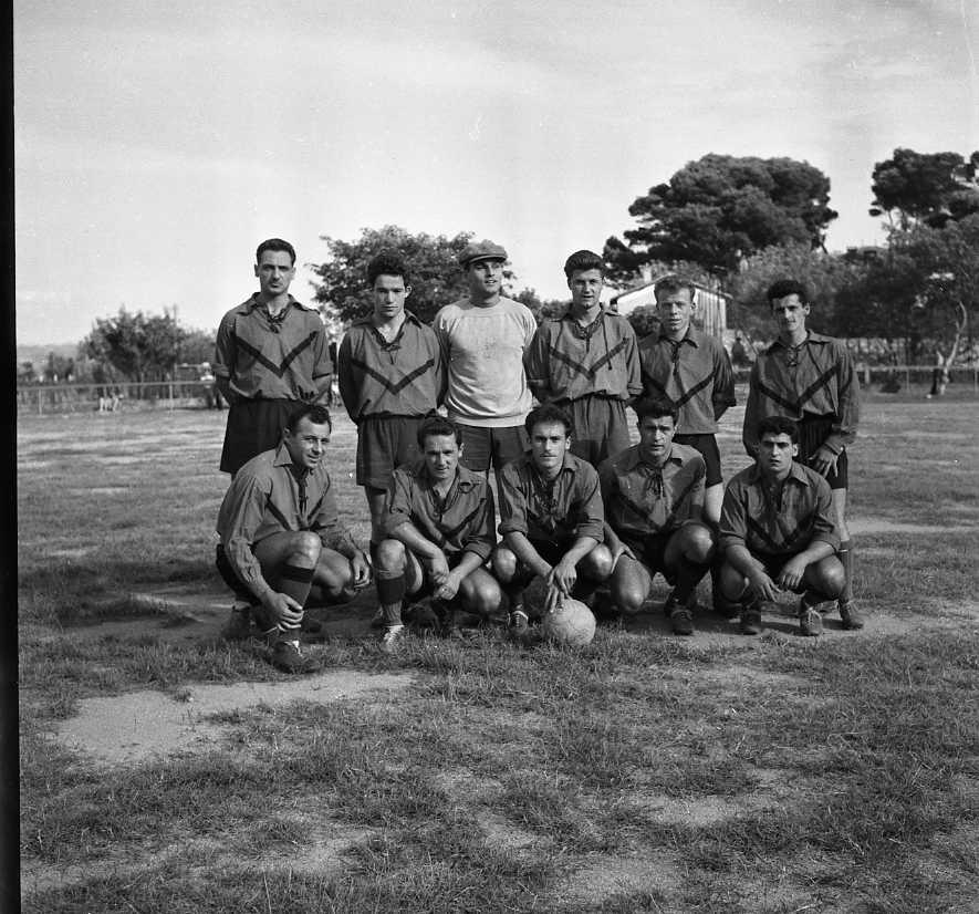 27 Fi 3965 - Présentation de l'équipe de l'Etoile Sportive, avant leur rencontre contre l'OM. 11/09/1955