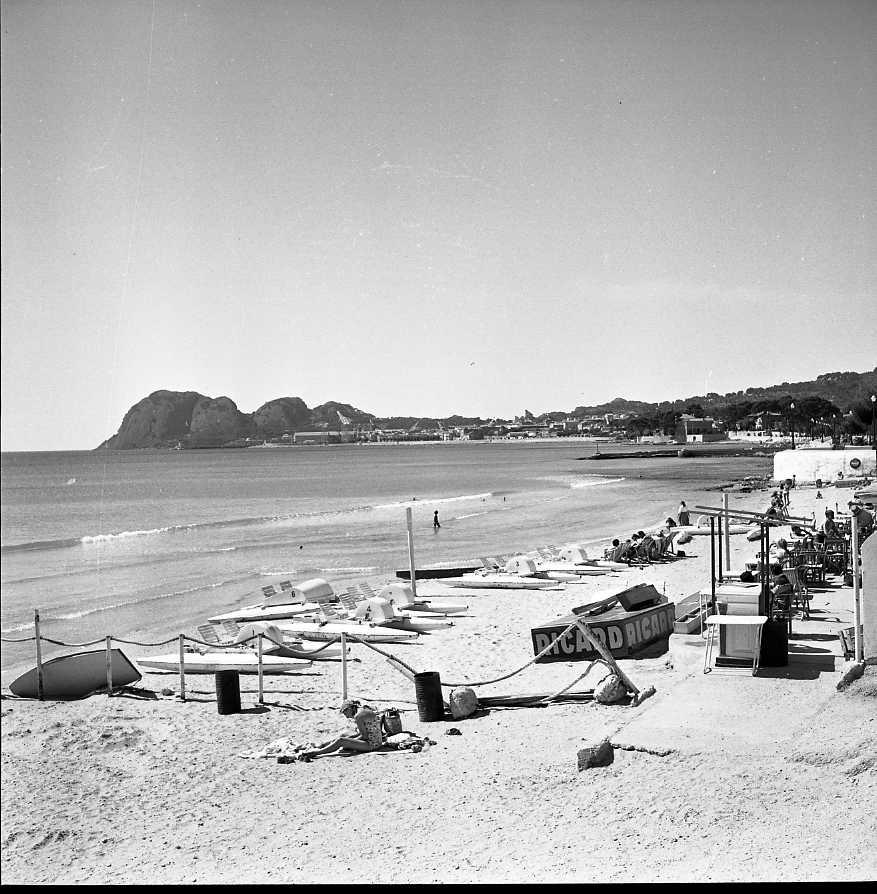 27 Fi 3978 - Aujourd'hui les matelas ont remplacé les pédalos de la Grande Plage. 15/09/1955