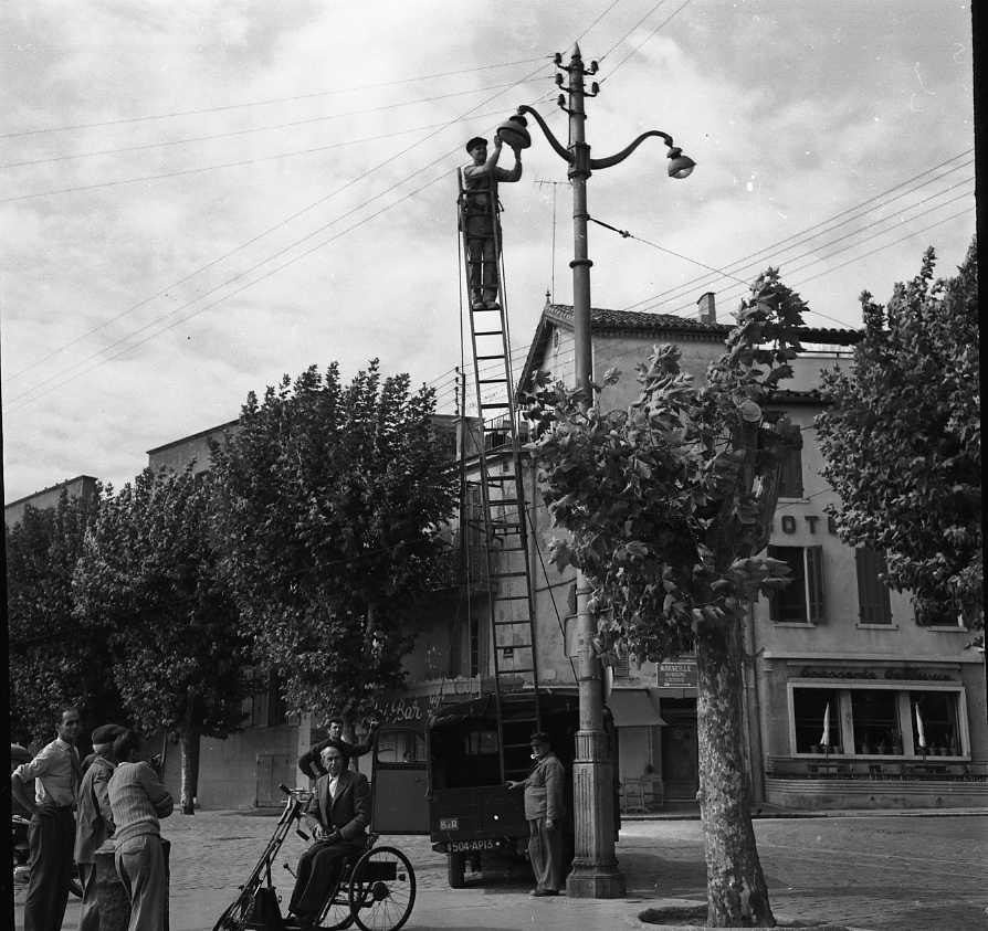 27 Fi 4006 - Ouvrier courageux pour l'entretien des lampadaires du port. 20/09/1955